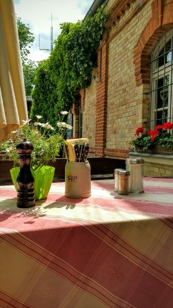 Pullach im Isartal, Alemania: Spareribs im Biergarten vor dem Haus