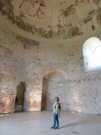 Costa Dorada, Spanien: Sala circular cubierta por una cúpula con mosaico.