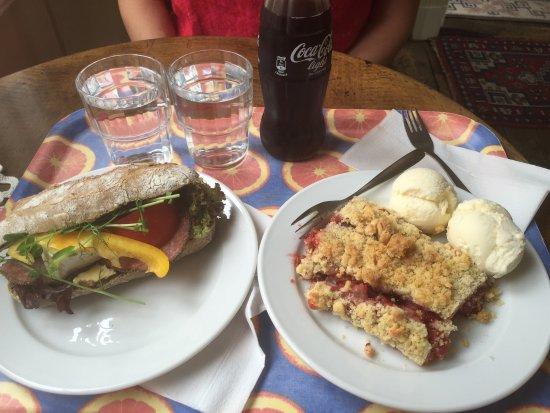 Kullzenska Cafeet : En chiabata med ost och salami. Till höger ser ni en laktosfri paj med oatlyglass. Pajen var med