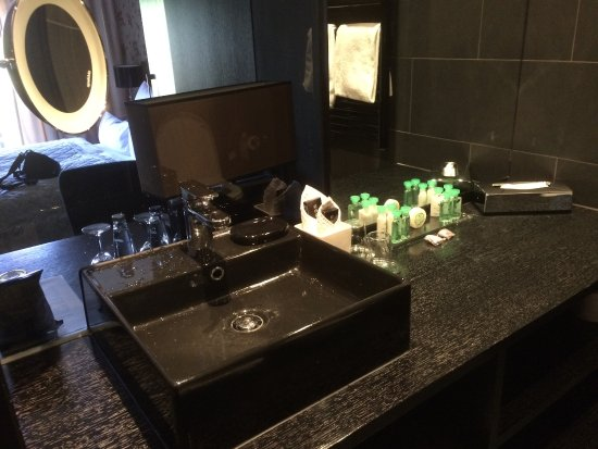 Hotel la maison: Lots of black. Well equipped bathroom.