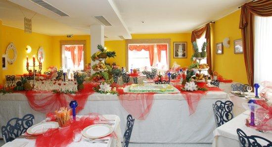 Hotel Margherita: Una delle due nostre sale da pranzo, addobbata per la nostra festa e cena privata di Ferragosto.