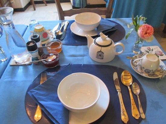 La Jolie Maison : breakfast is served