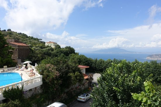 Hotel Iaccarino: View of pool and Vesuvius from the bar terrace
