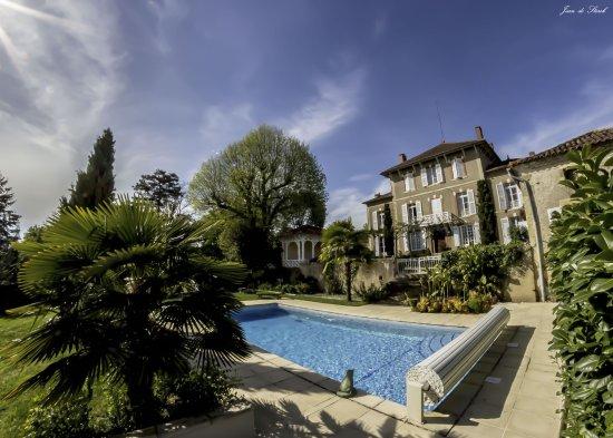Vergoignan, France : facade de Lahitte et piscine au printemps