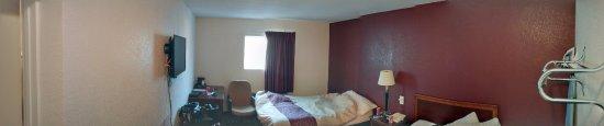 Red Roof Inn Lancaster - Strasburg: pano of the room
