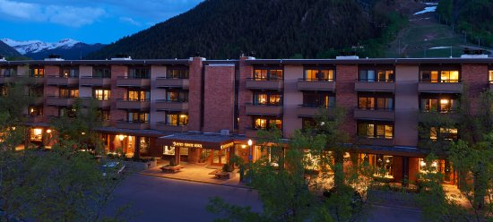 Aspen Square Condominium Hotel: Summer Evening exterior