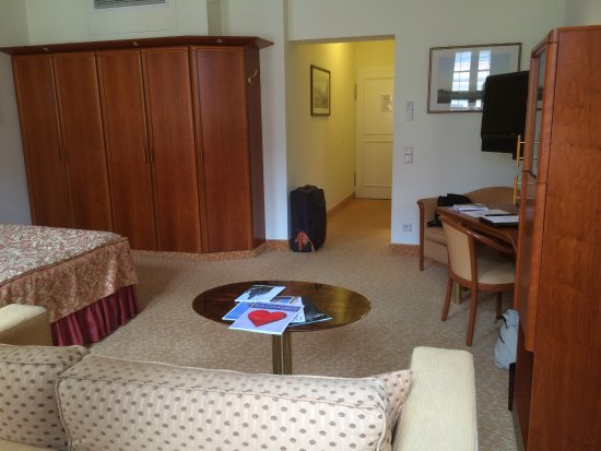Romantik Hotel Bulow Residenz: Lovely big room. Elegant and comfortable.