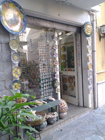 Castelmola, Italy: Esterno punto vendita