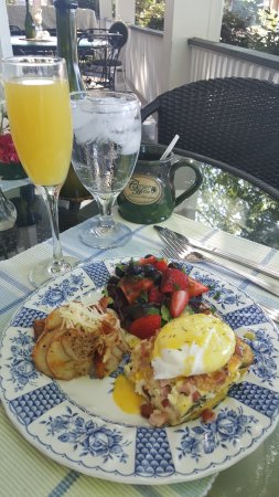 The Carriage House Bed and Breakfast: Breakfast on the patio