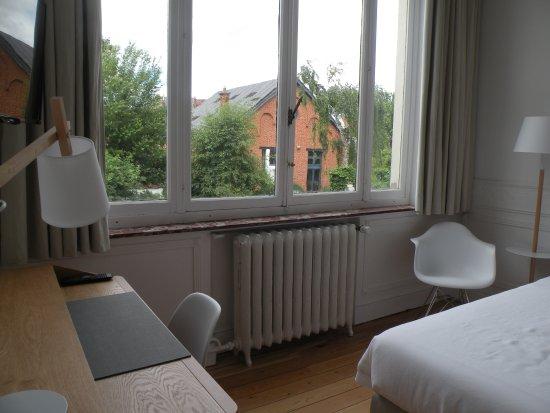 Etterbeek, Belçika: Kamer 5 met zicht op de tuin met lift