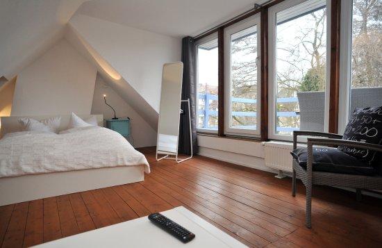 Kunstsalon Bremen: Timos II Schlafzimmer mit Dachterrasse