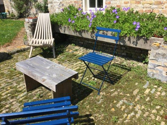 Alveringem, Bélgica: Talrijke zithoekjes nodigen uit tot genieten van de omgeving.
