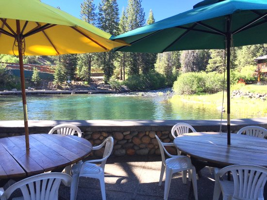 River Ranch Lodge & Restaurant : Summertime Patio Bar & BBQ Grill on the River