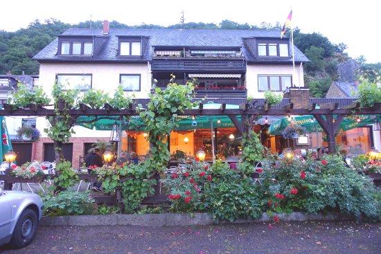 Niederfell, Tyskland: Blick vom Parkplatz auf die Terrasse der Gaststätte