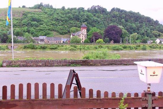 Niederfell, Tyskland: Blick vom Zaun des Parkplatzes über die Mosel (-davor: die Uferstraße)