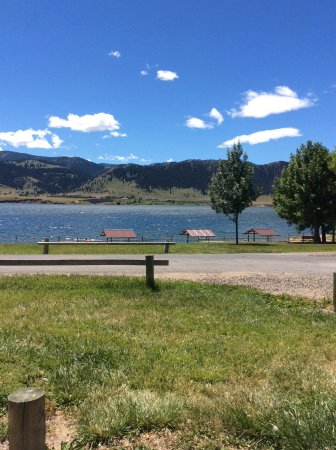 Holter Lake: Notice he beach and I does have benches with coverage, bathrooms are just behind them.
