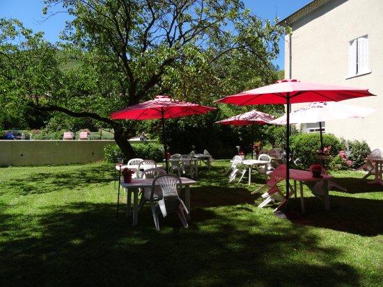 Saint-Desirat, France: diner servi dans les jardins par la maitresse de maison