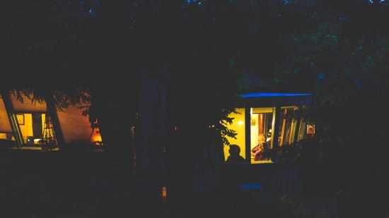 ‪‪The Salish Seaside Escapes‬: Orca Watch Cottage at night‬
