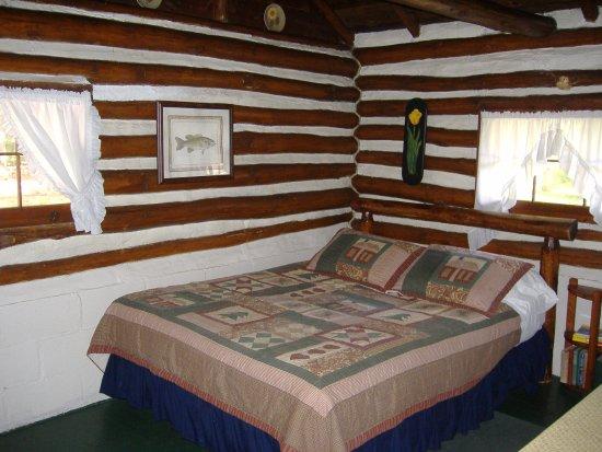 Ellis Lake Resort: Doghouse Log Cabin