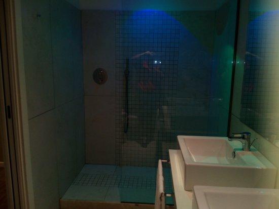 Doccia con luci colorate per cromoterapia foto di blue - Luci per doccia ...