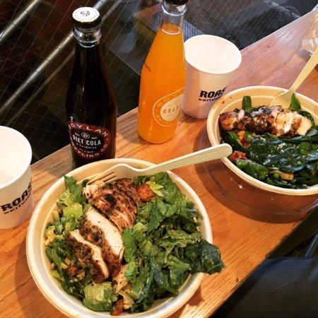 Ensalada Con Base De Lechugas Y Pollo Grill Fotograf A De Roast Kitchen Nueva York Tripadvisor
