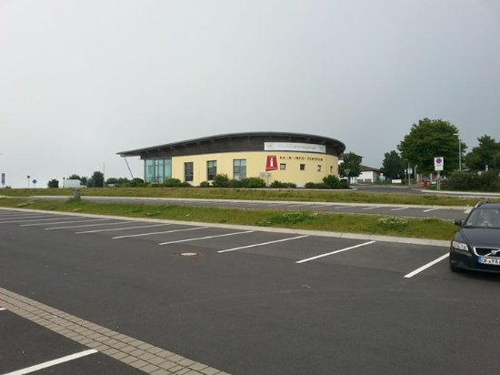 Gersfeld, Germany: Sonntags morgens um 9.00 Uhrauf dem Parkplatz vor dem Flughafen