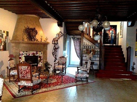 Ajou, France : grand salon