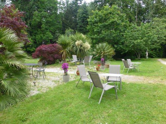 Nivillac, Frankrijk: petit jardin face au château pour y deguster un aperitif...