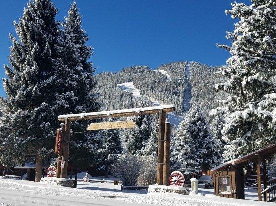 Riverside Lodge & Cabins: Winter sign