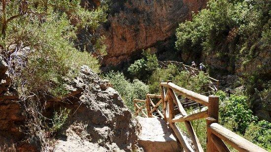 Calles, España: Спуск к речке