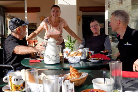 Le Mas, Francia: Photo prise en terrasse au moment du petit-déjeuner.