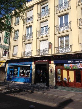 Hotel Le Bretagne: L'hôtel vu de la rue