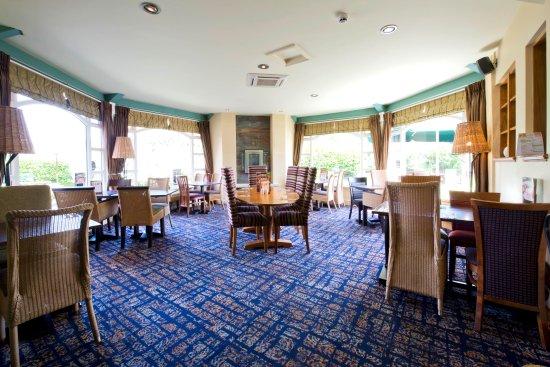 Premier Inn Christchurch West Hotel: Table Table con