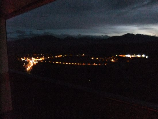 Rocky Mountain Springs Lodge and Restaurant: Nighttime view of the city lights from our blacony.
