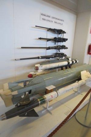 Suomen Ilmavoimamuseo: lentokoneiden aseistusta