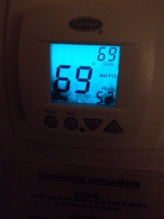 DoubleTree by Hilton Hotel Syracuse: Thermostat in the room