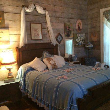 Hico, Техас: Queen bed with 1905 original wooden walls