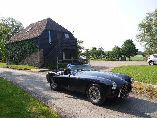 Pluckley, UK: La construccion que se ve detrás del auto es el ex granero que dispone de dos habitaciones en su