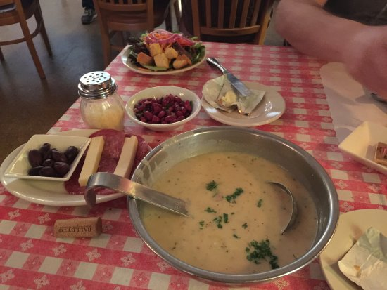 Occidental, Kaliforniya: Salad, antipasto, and the yummy clam chowder!