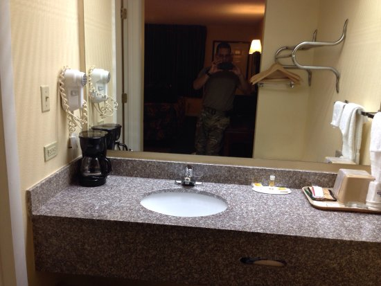 Days Inn Enterprise: Room condition: clean, affordable, covered by Military DTS (military discount), very friendly st