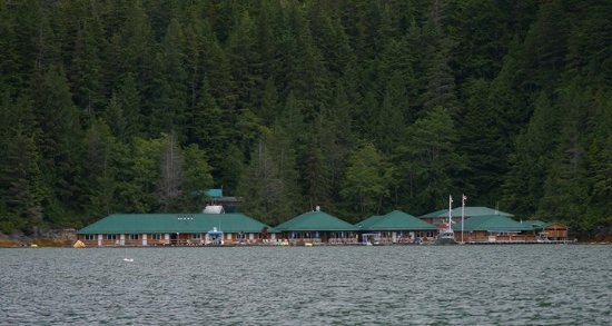 Glendale Cove, Canadá: Hotel from estuary