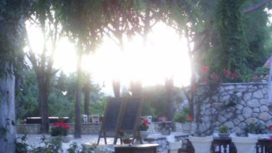 Agios Dimitrios, Grecia: outside dining watching the sunset