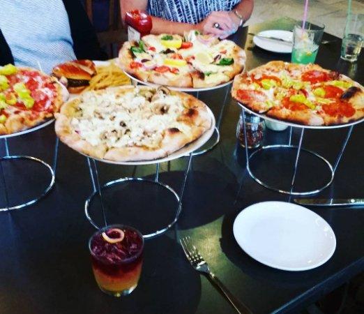 Hackensack, มินนิโซตา: Pizzas and Minnesota Sour at Arthurs Ten Mile Lake.