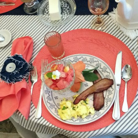 Hedman House, A Bed and Breakfast: Charming table settings change daily!