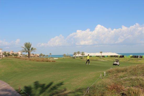 The St. Regis Saadiyat Island Resort: vom pool mit sicht auf den Golfplatz