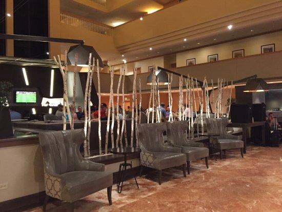 Renaissance Denver Stapleton Hotel: Outside Bar area