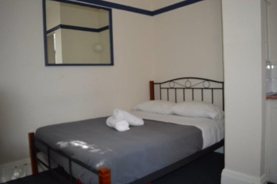 Sydney Central Backpackers: One of private rooms