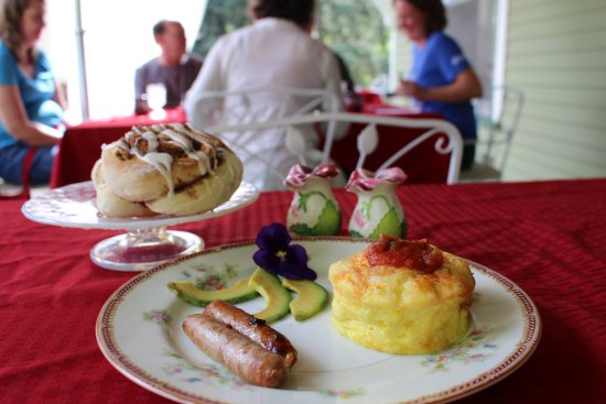 Avenue Hotel Bed and Breakfast: Breakfast homemade cinnamon roll, best ever egg casserole and sausage