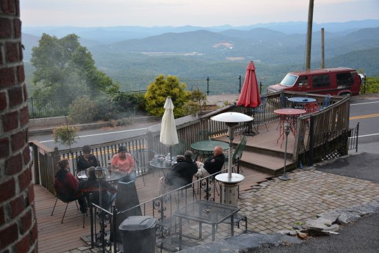 Skyline Village Inn: Outdoor patio