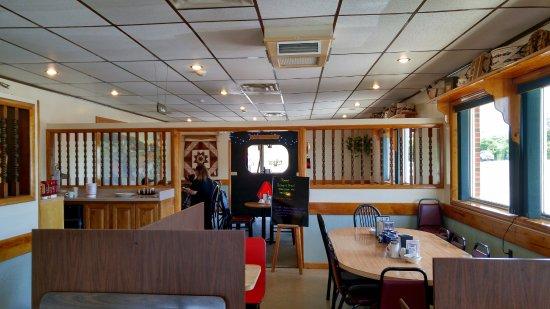 Randolph, NY: Dining area. Notice the amish buggy?
